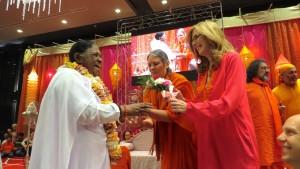 Humanitarian and Spiritual Leader Amma accepts Golden Goody Award from Goody Awards Founder Liz H Kelly at LAX Hilton